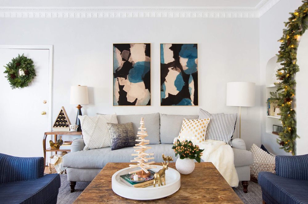FEATURED_IMAGE_GINNY_MACDONALD_HOLIDAY_DECORATING_CHRISTMAS_COSY_COTTAGE_SOFA_PILLOWS