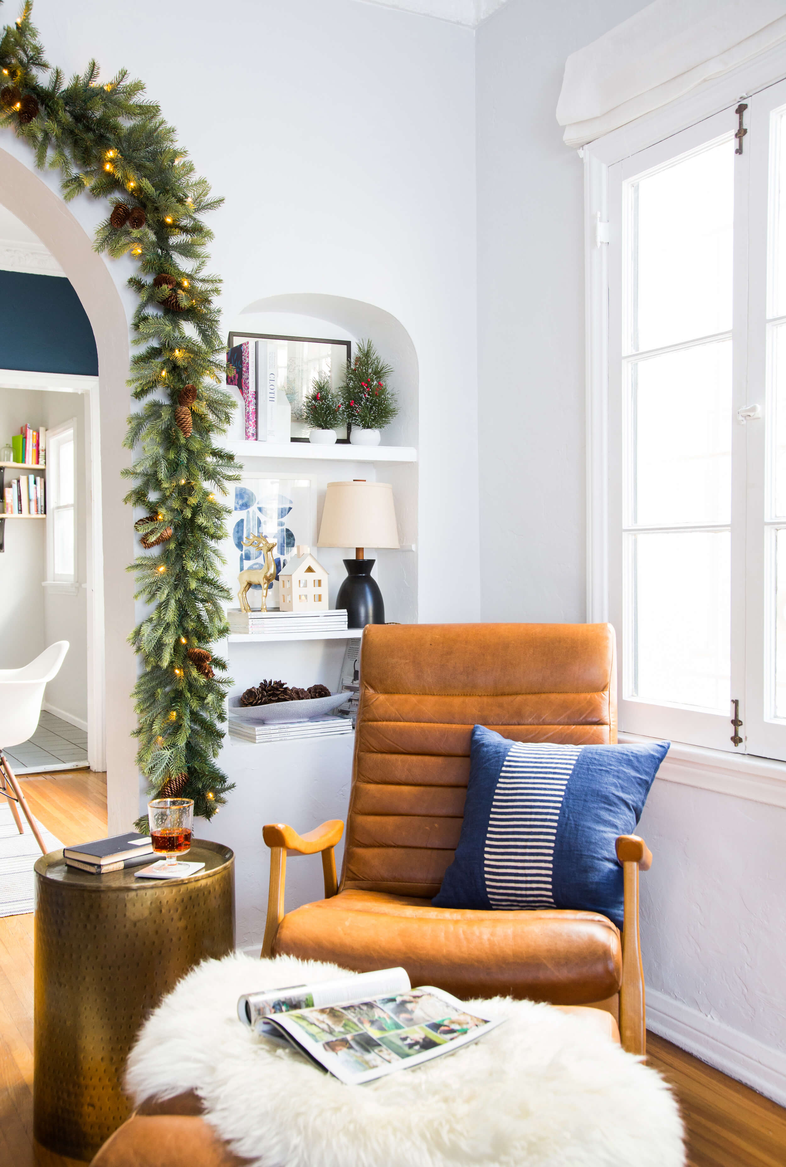 GINNY_MACDONALD_HOLIDAY_DECORATING_READING_NOOK