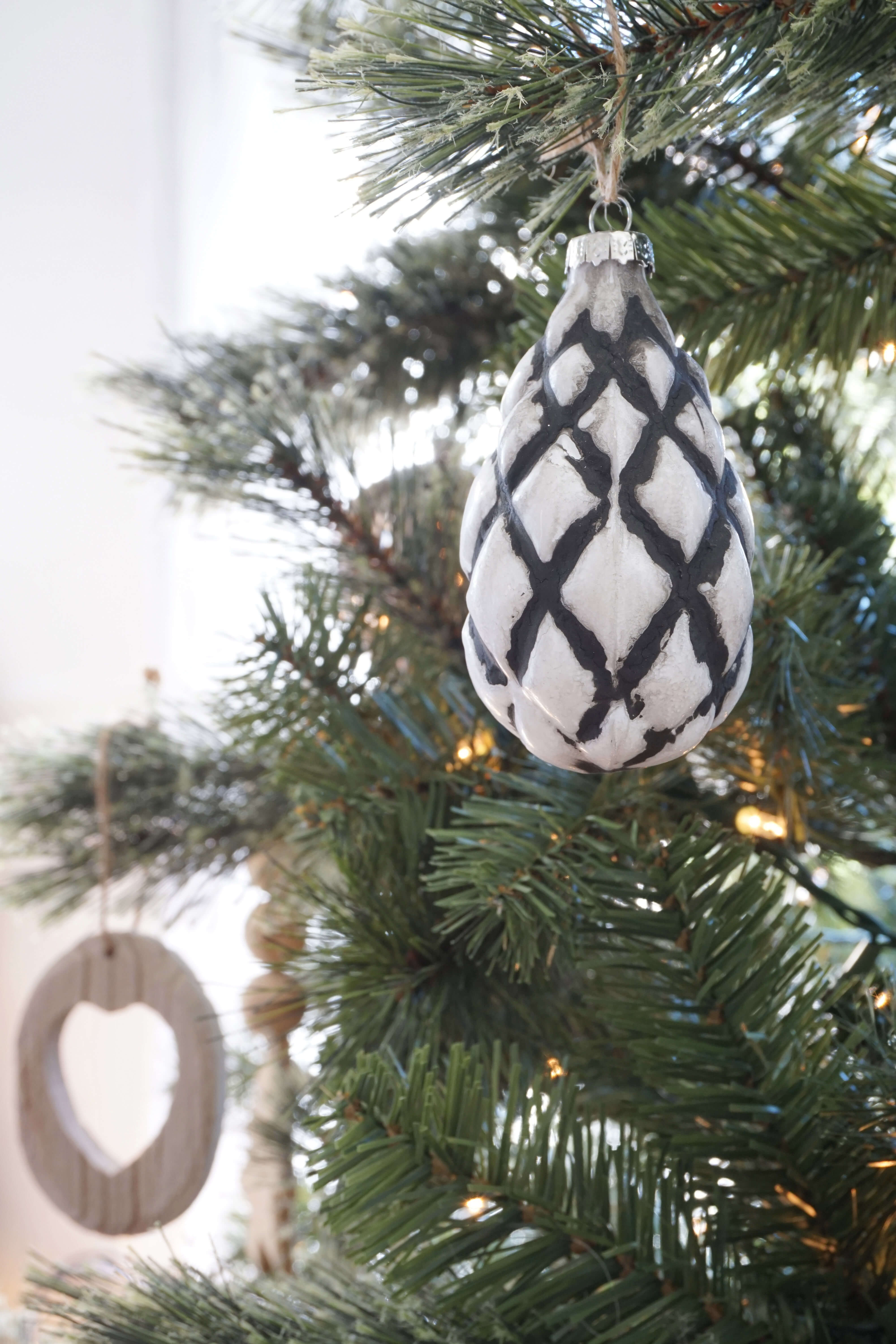 GINNY_MACDONALD_CHRISTMAS_2018_BLACK_AND_WHITE_ORNAMENT