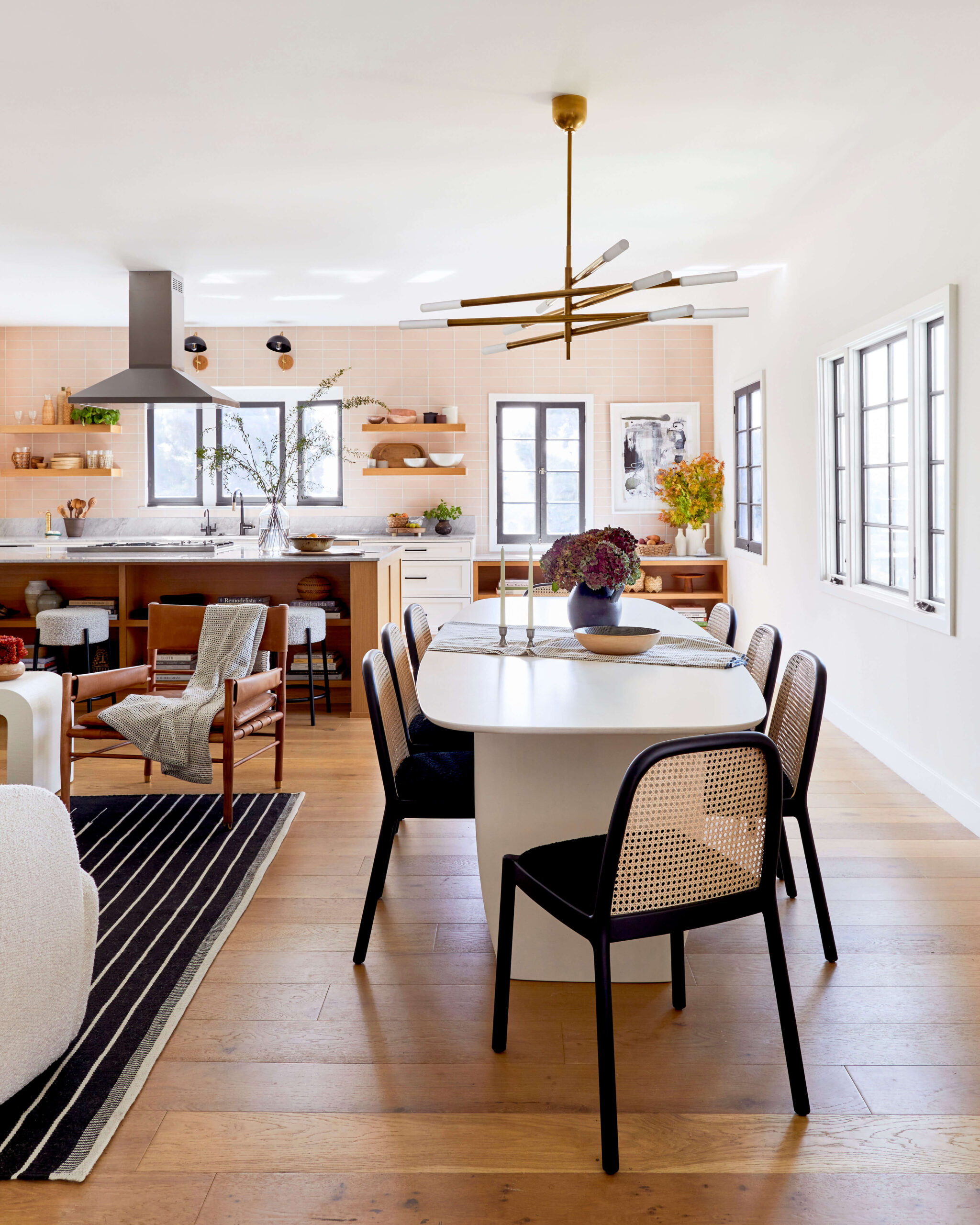 GINNY_MACDONALD_JACLYN_JOHNSON_DINING_ROOM_OPEN_PLAN_KITCHEN_WHITE_TABLE